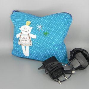 Kulturtasche in türkis mit weißen kleinen Punkten mit aufgenähten nini san Junge mit Aufschrift Kabelhalter