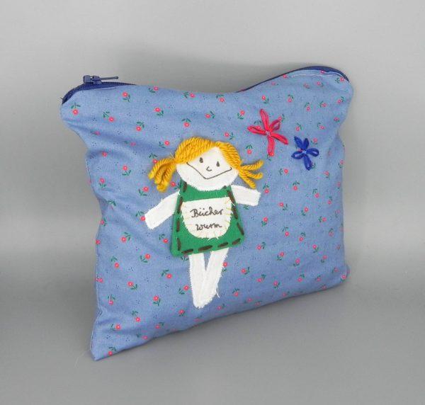 nini san Kulturtasche mit Mädchen und Bücherwurm als Aufschrift